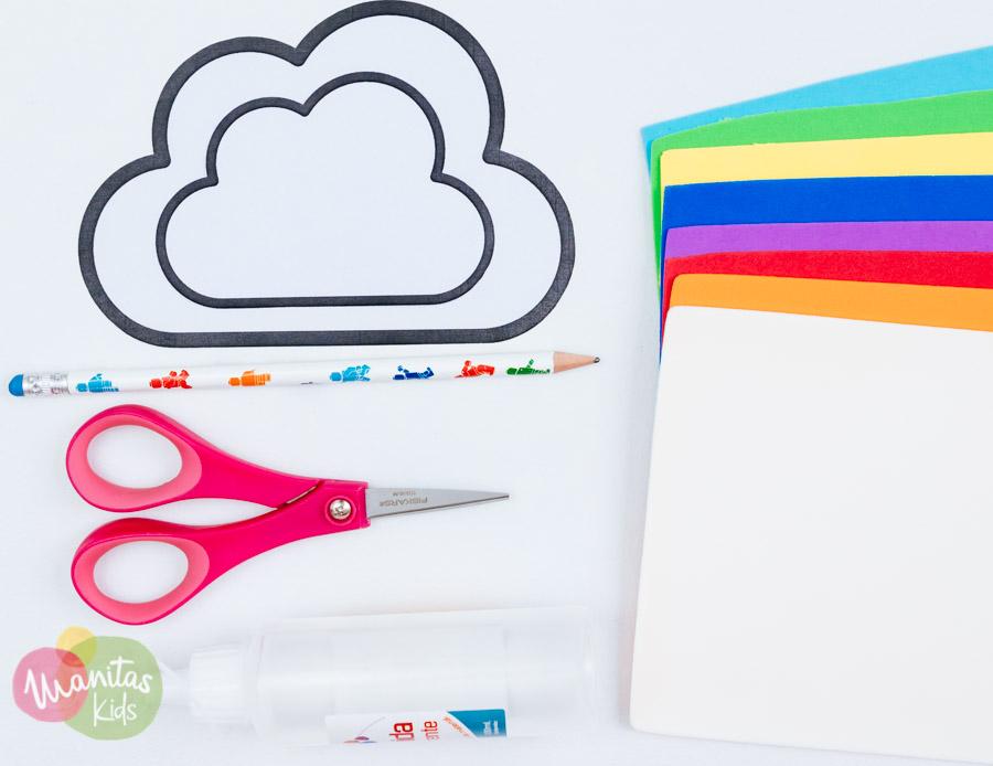lo primero ser cortar los patrones de las nubes y marcarlos en la goma eva de color blanco
