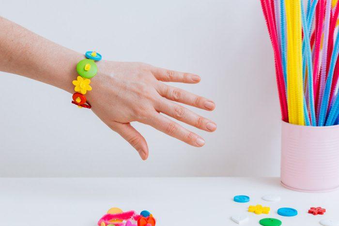 Pulseras fáciles con botones y limpiapipas