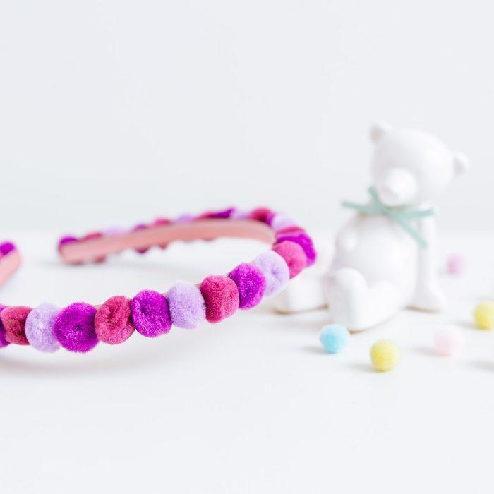 Diadema con mini pompones de colores