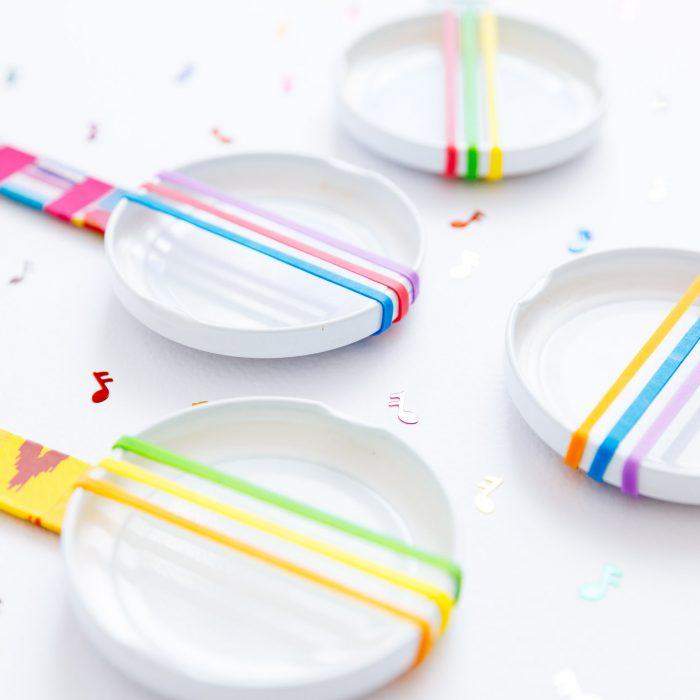Banjos para jugar con tapitas y palitos de helado